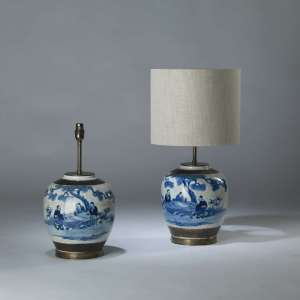 Pair of small blue and white ceramic 'bonsai' lamps on round brass bases (T4118)